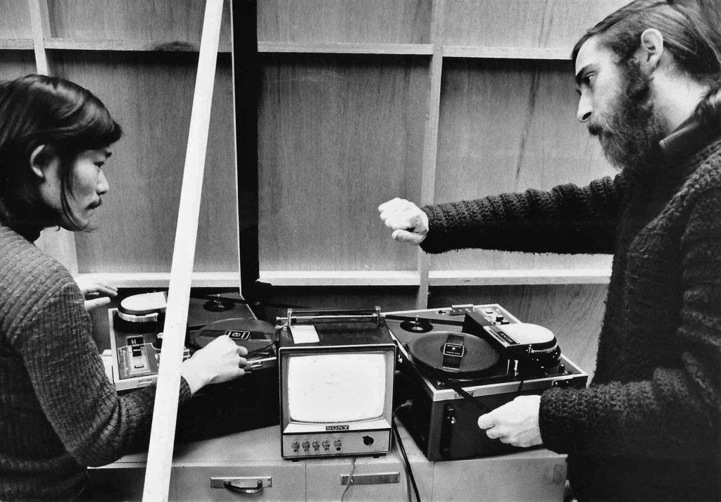 En 1971, Michael aide à organiser la première exposition vidéo au Japon. Yuzo Tateishi, Video Journal